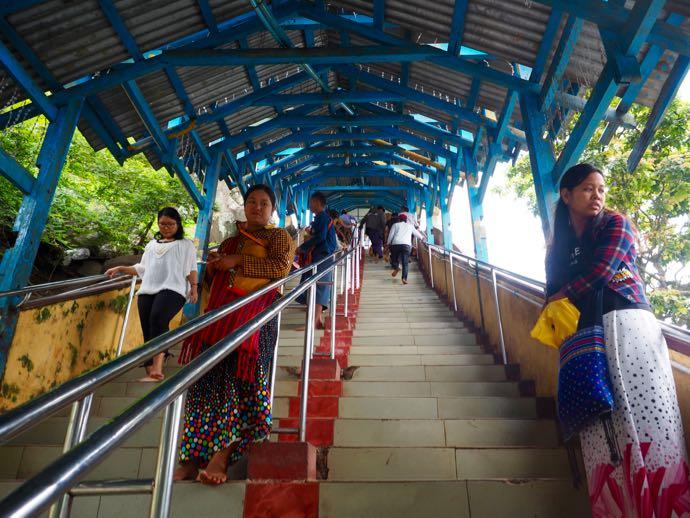 混雑する階段