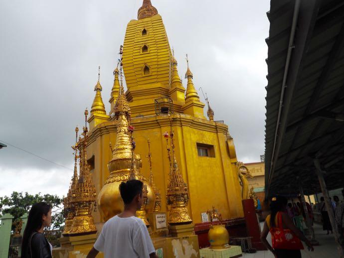 ポッパ山頂上の寺院