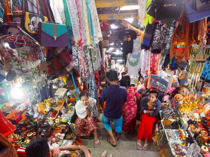 参道沿いに並ぶ土産物店