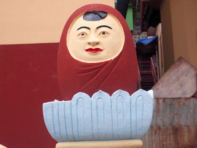 謎の女性像