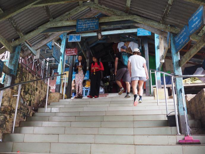 階段を登り始める男性