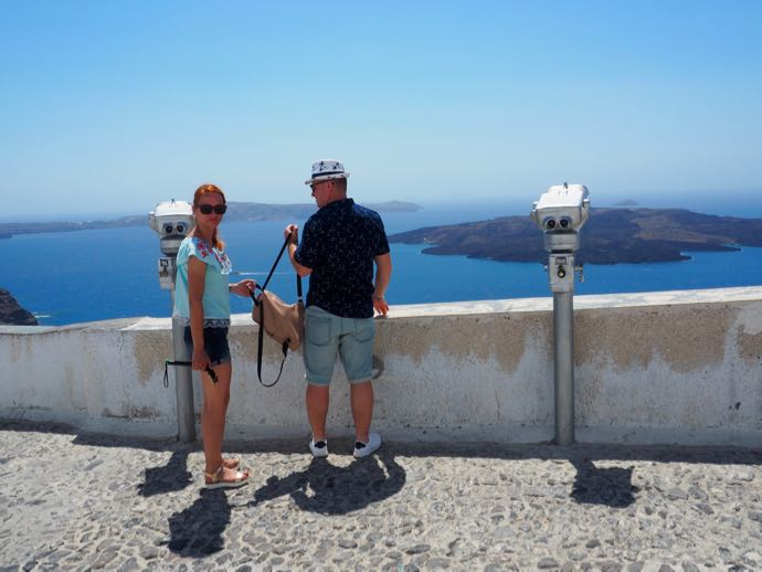 展望台から景色を楽しむカップル