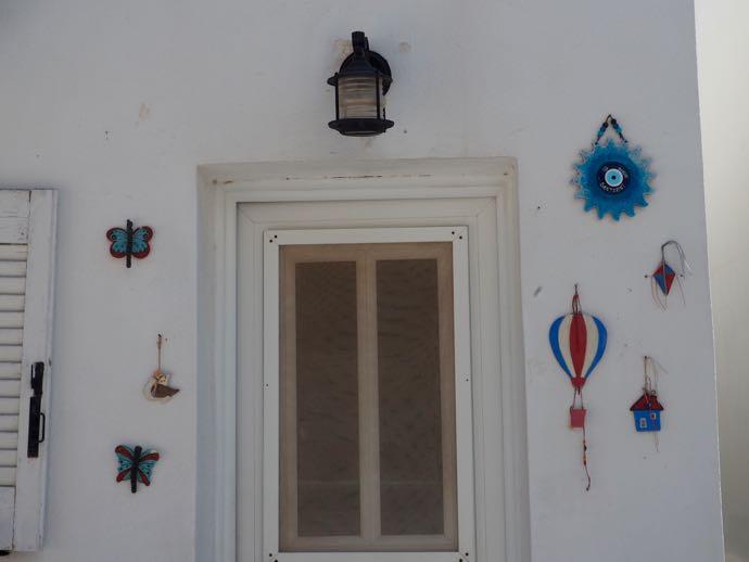 お守りやオブジェが飾られた家の玄関