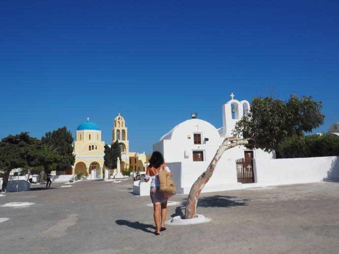 広場を歩くギリシャ女性