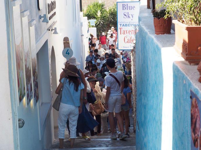 狭い道に詰め寄せる団体観光客