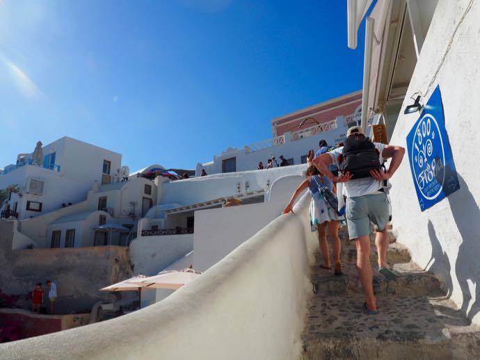 イアの階段を登る女性