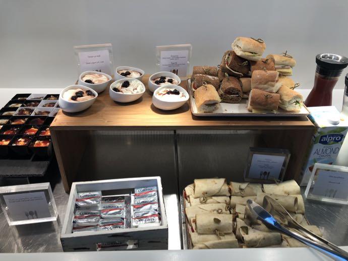 アテネ国際空港 ATH プライオリティパス ラウンジ GOLDAIR HANDLING CIP LOUNGE サンドイッチが並ぶ