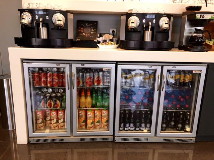アテネ国際空港 ATH プライオリティパス ラウンジ GOLDAIR HANDLING CIP LOUNGE 冷蔵庫から飲み物を取り出そう