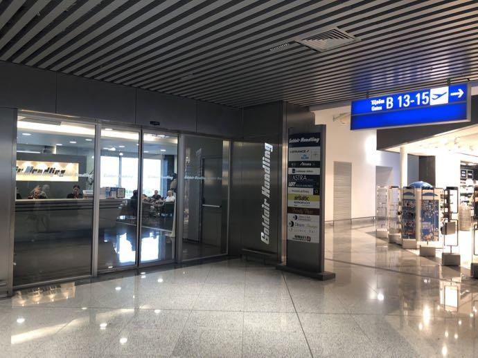 アテネ国際空港 ATH プライオリティパス ラウンジ GOLDAIR HANDLING CIP LOUNGE 入り口のガラス扉