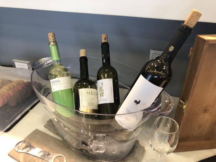 アテネ国際空港 ATH プライオリティパス ラウンジ GOLDAIR HANDLING CIP LOUNGE ワインがたくさんあります、冷えています