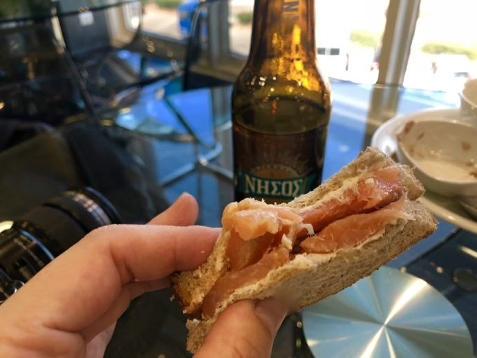 アテネ国際空港 ATH プライオリティパス ラウンジ GOLDAIR HANDLING CIP LOUNGE サーモンたっぷりサンドイッチ