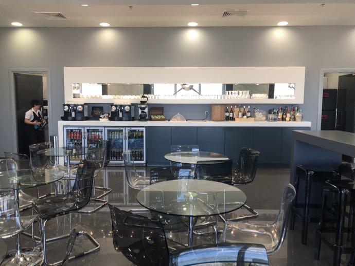 アテネ国際空港 ATH プライオリティパス ラウンジ GOLDAIR HANDLING CIP LOUNGE ダイニングテーブル