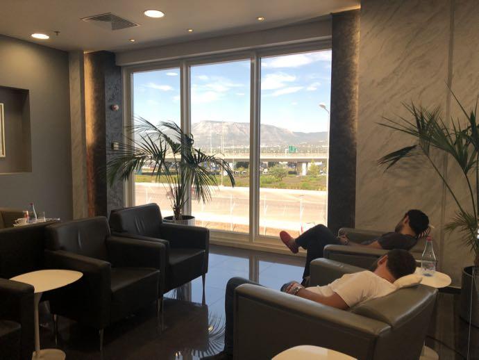 アテネ国際空港 ATH プライオリティパス ラウンジ GOLDAIR HANDLING CIP LOUNGE ソファは大きい