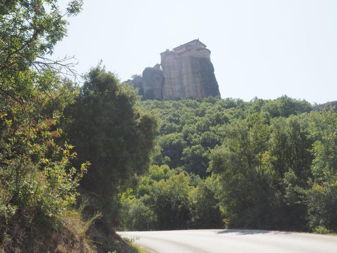 修道院が見える道路