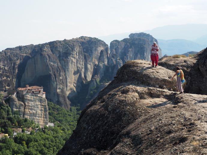 奇岩をよじ登るカップル