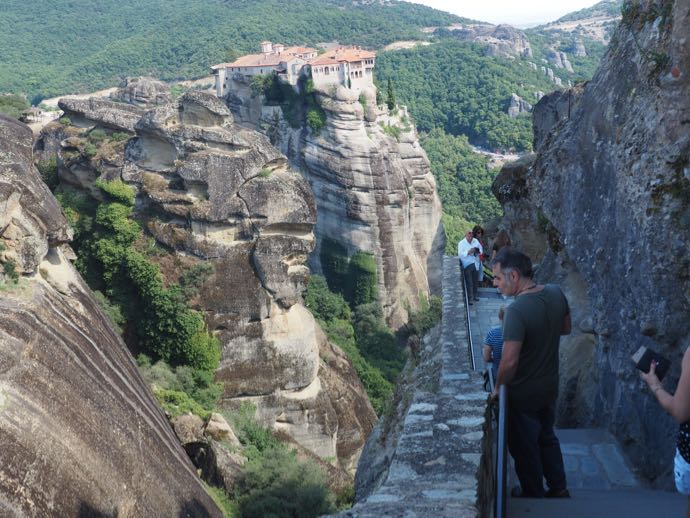 メガロ・メテオロン修道院から見たルサノー寺院