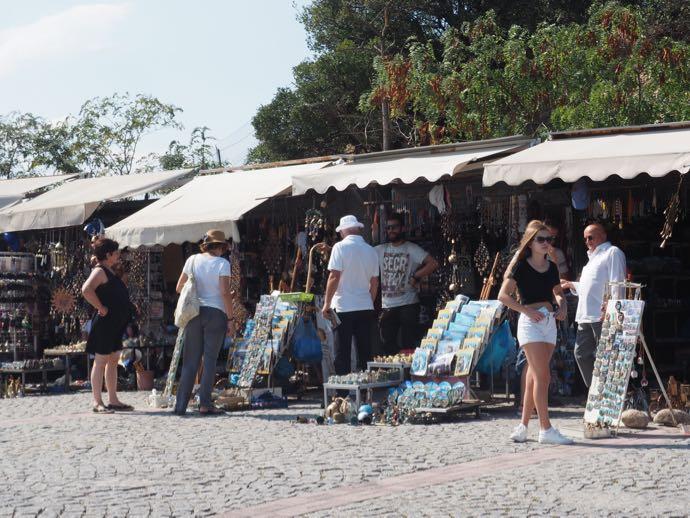 入り口付近に立ち並ぶ土産店