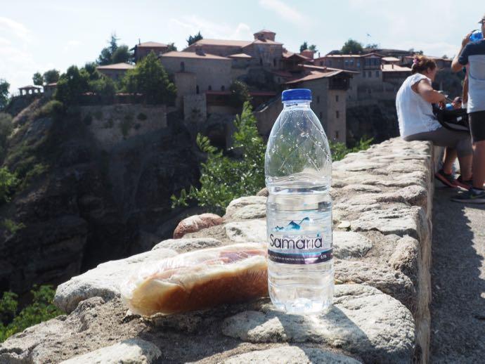 サンドイッチと水