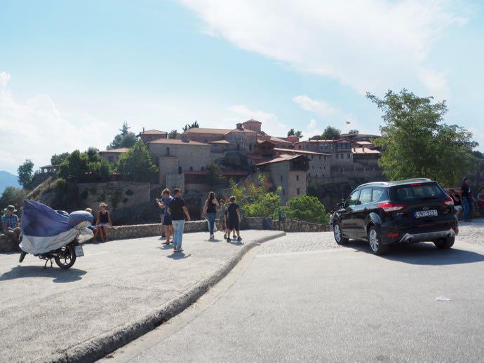 メガロ・メテオロン修道院の前の道路