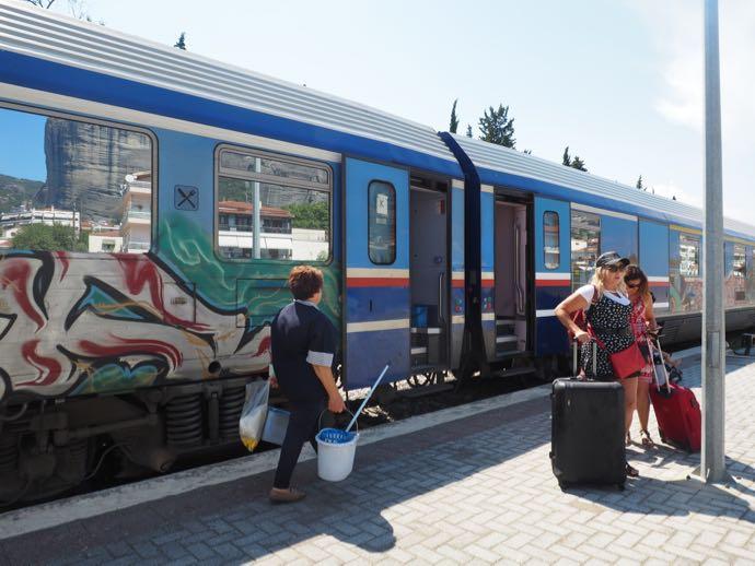 メテオラへ鉄道で行く アテネ中央駅 カランバカ駅
