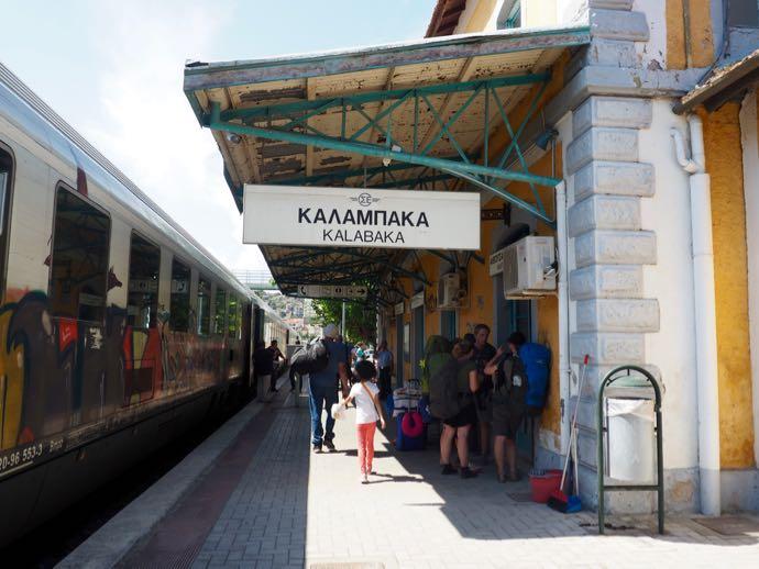 メテオラへ鉄道で行く アテネ中央駅 カランバカ駅へ到着