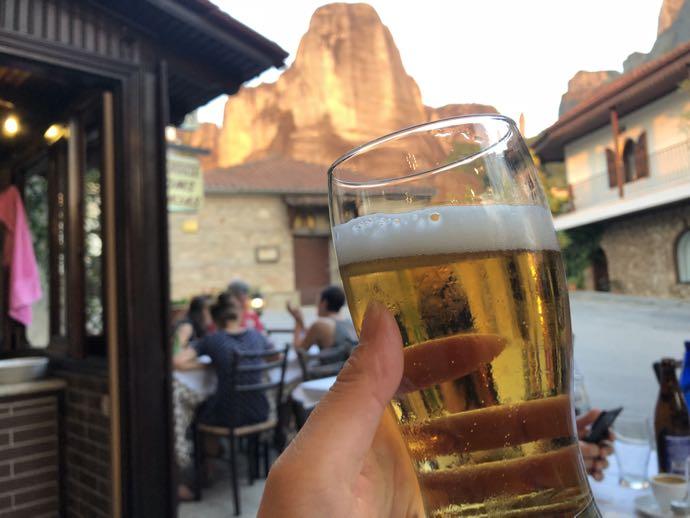 メテオラに行くならば一泊しよう おすすめ 宿泊 時間が足りない メテオラを眺めながらビール