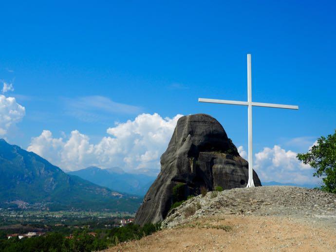 カランバカの丘に立つ白い十字架
