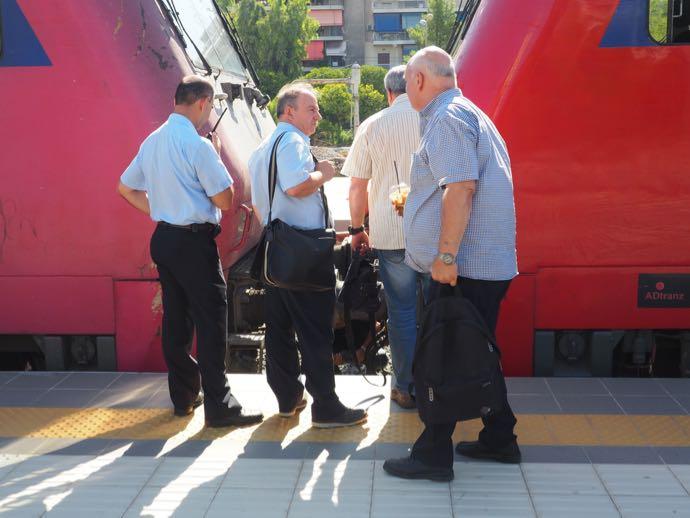エンジントラブルに対処する鉄道員たち
