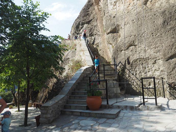 奇岩の横の階段