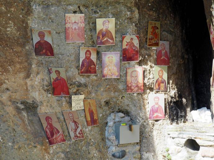 洞窟に飾られたイコン