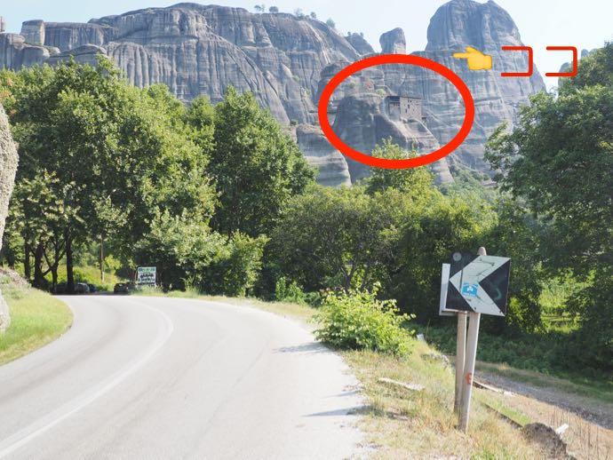 岩と一体化したような聖ニコラオス・アナパヴサ修道院
