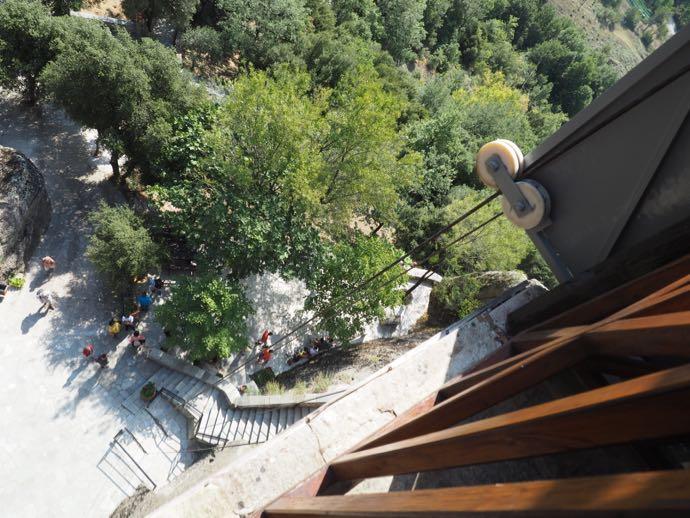 修道院から地上を見下ろす