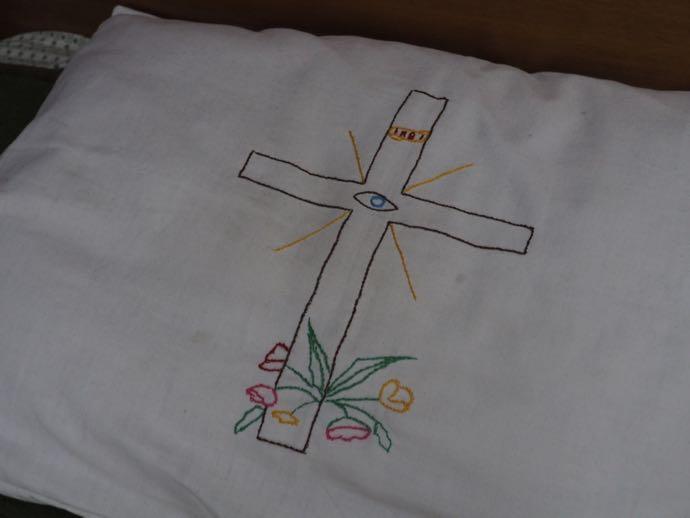 独特な刺繍の枕カバー