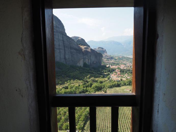 小部屋の窓からのカストラキの街の眺め