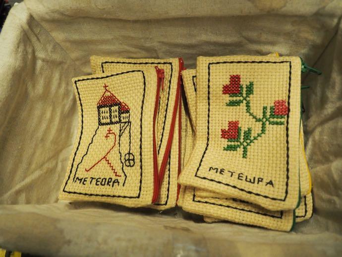 メテオラ刺繍のポーチ