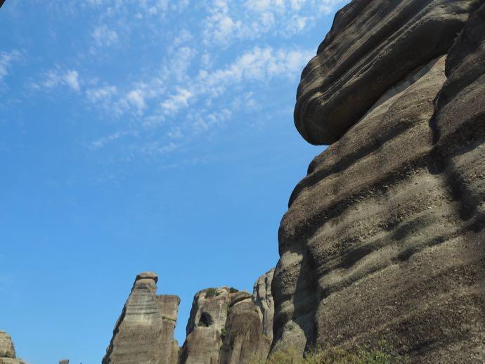 背後の奇岩