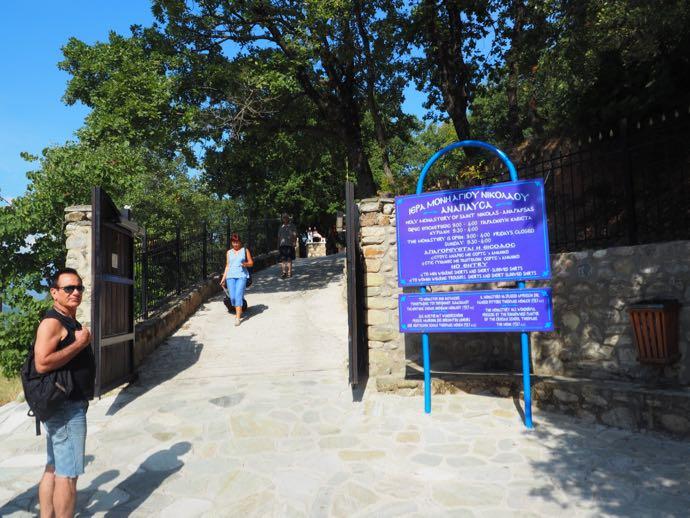 聖ニコラオス・アナパヴサ修道院の入場門