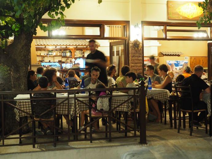 テラス席で食事をするギリシャ人家族