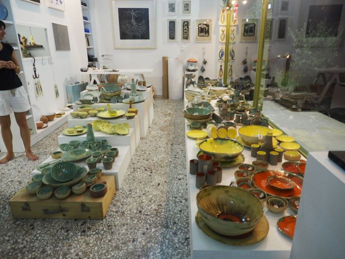 可愛らしいギリシャ食器が並ぶ