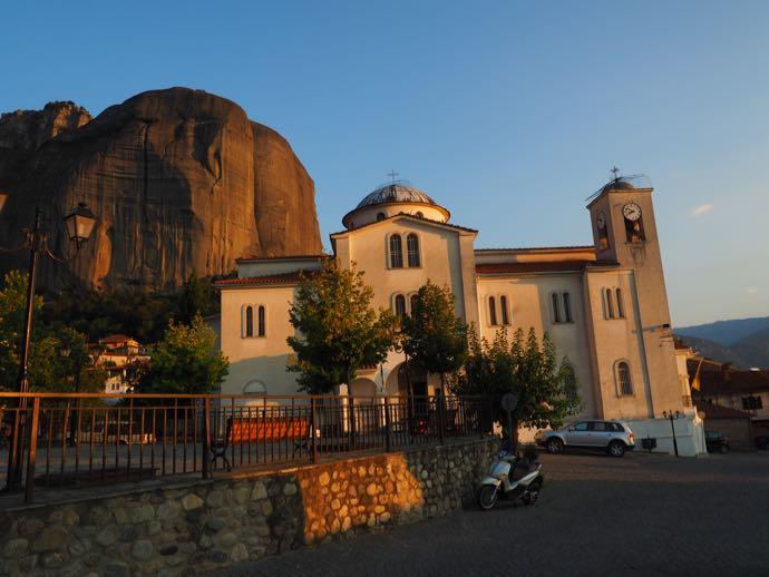 教会の裏の奇岩