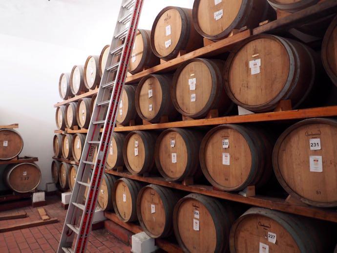 積み上げられたワイン樽