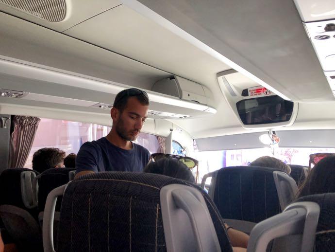 切符を販売するバスの車掌