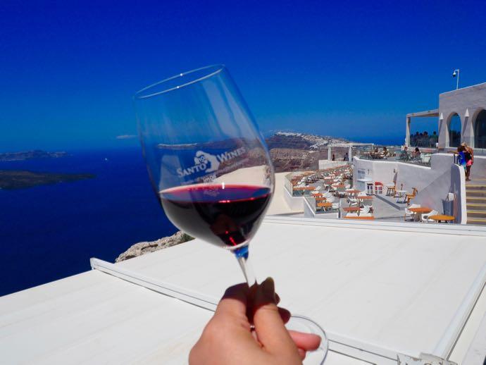 エーゲ海を背景に飲む赤ワイン