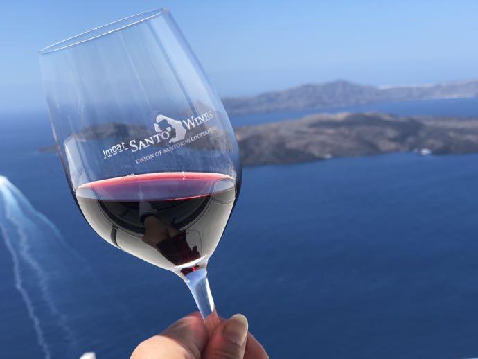 火山を眺めながらワインを飲む