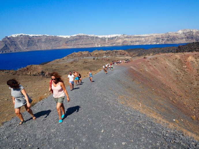 火山歩きを楽しむ人々