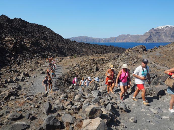 ネア・カメニ島を歩くツアー客