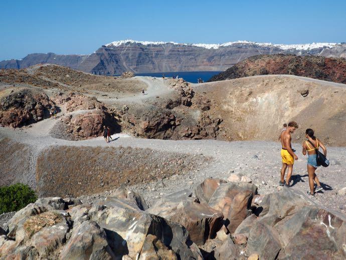 軽装で火山を歩くカップル