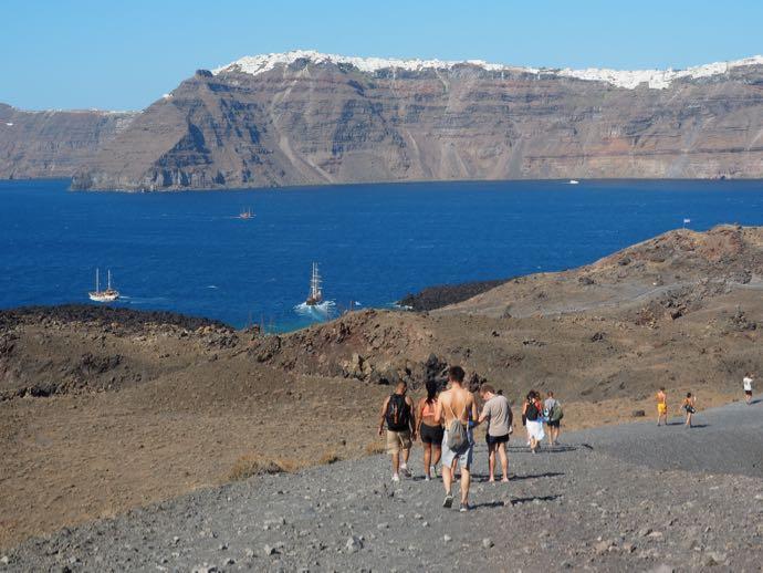 ネア・カメニ島から見えるサントリーニ島