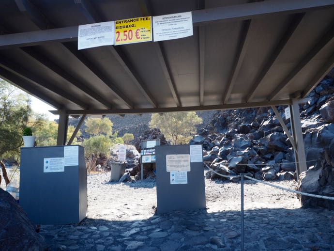 ネア・カメニ島の入場ゲート