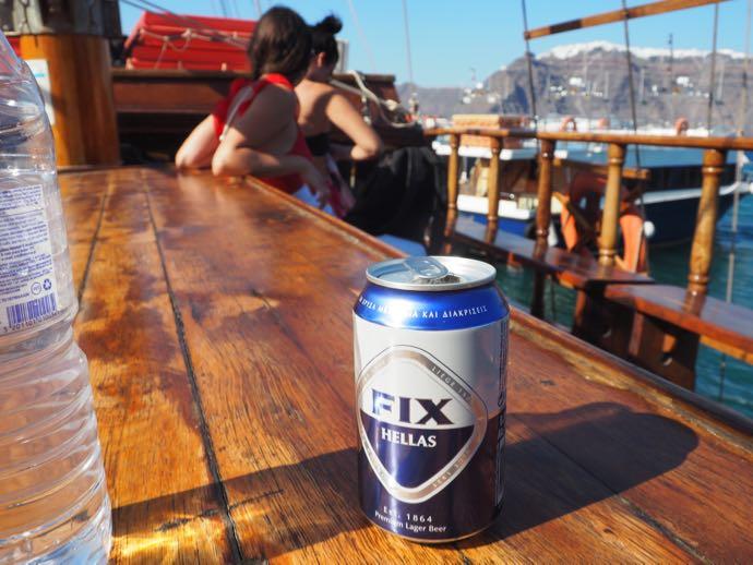 船の甲板で楽しむギリシャビール